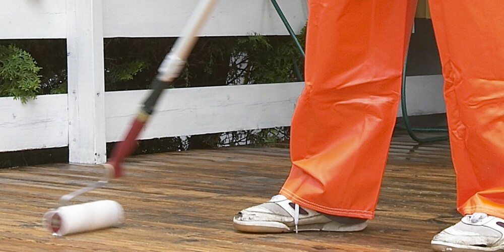 RENGJØRING: Benytt gjerne en rull med forlengerskaft for å sette inn terrassebordene med rengjøringsmiddel.