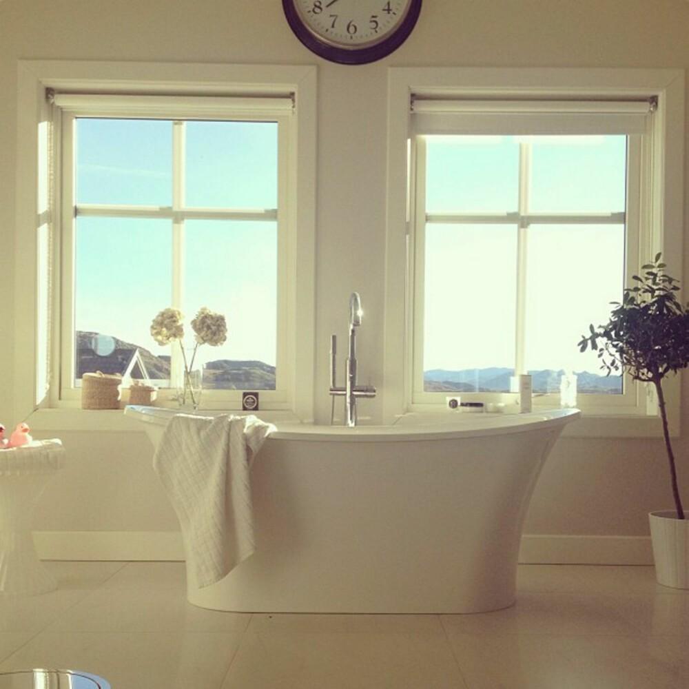 TIDLØST:Denise Wolframm har skapt et lyst og lekkert drømmebad med badekaret som blikkfang.