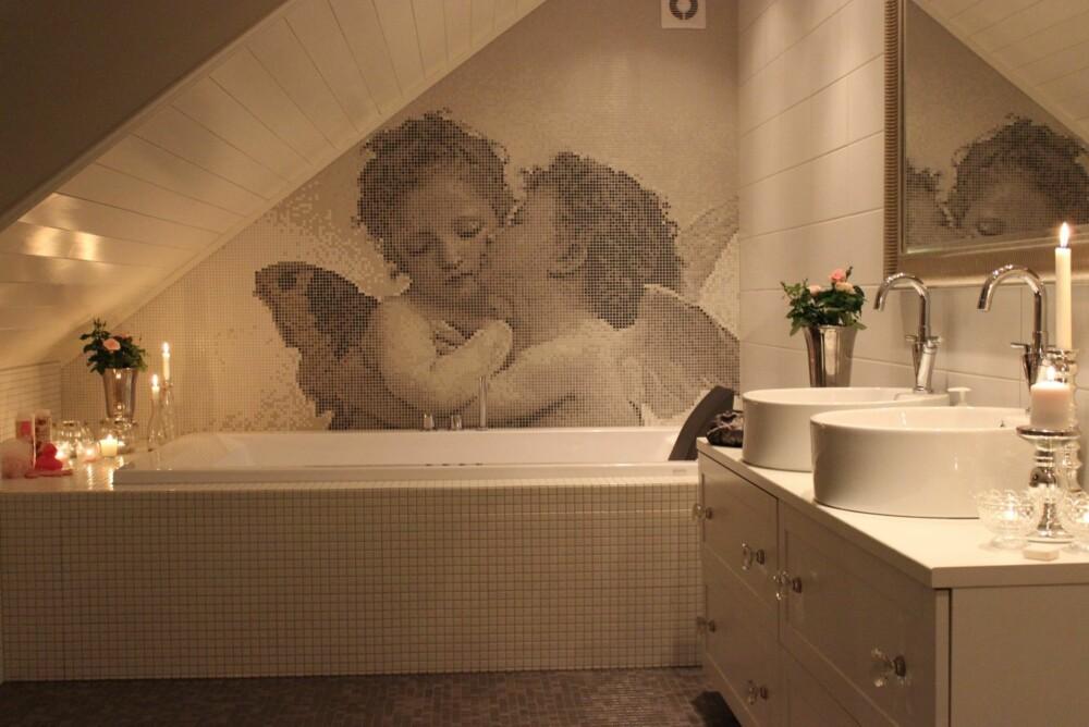 PERSONLIG: Marianne Gauslå fikk spesiallaget mosaikkfliser med englemotiv for å skape sitt drømmebad, resultatet er et personlig bad med varm atmosfære.
