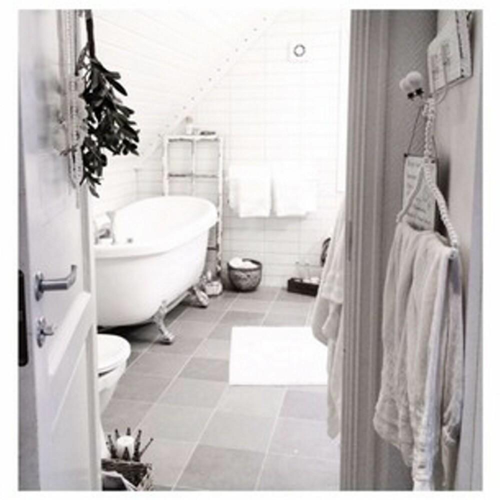 ROMANTISK: Therese Andreassen har med øye for detaljer skapt et sjarmerende baderom.