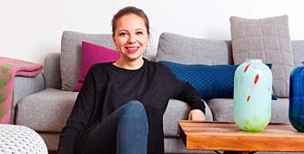 Kristine Five Melvær har designet vasene Season, som er inspirert av sesongene. Flebruksbenken Krobo, designet av Torbjørn Afdal, fungerer som sofabord. Sofaen og puffen er designet av Norway Says for LK Hjelle.