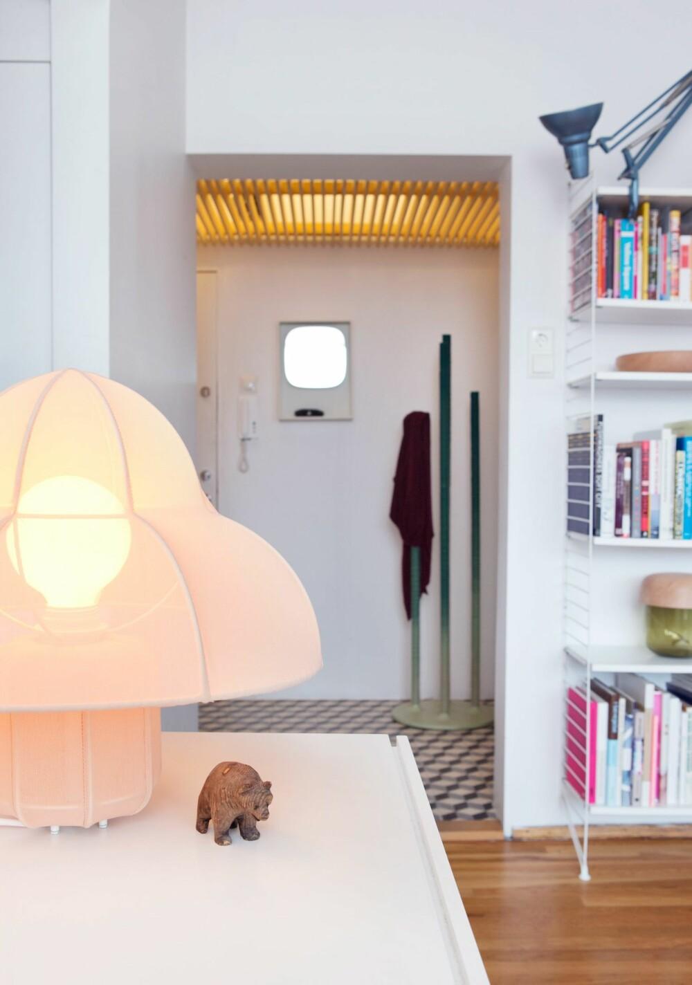 DESIGNER LAMPER: Lampen Ray er eget design. Det samme er den grønne lampen Moa som skimtes helt til høyre, i bokhyllen.