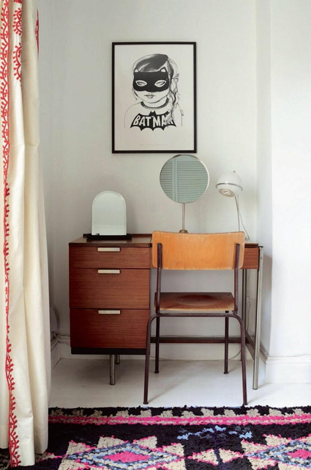 KUL KROK: Kjæresten Ellas sminkebord har fått plass i et hjørne. Teppet er designet av henne, og produseres i Marokko (therugtrade.com). Speilet er eget design, det er helt nytt.