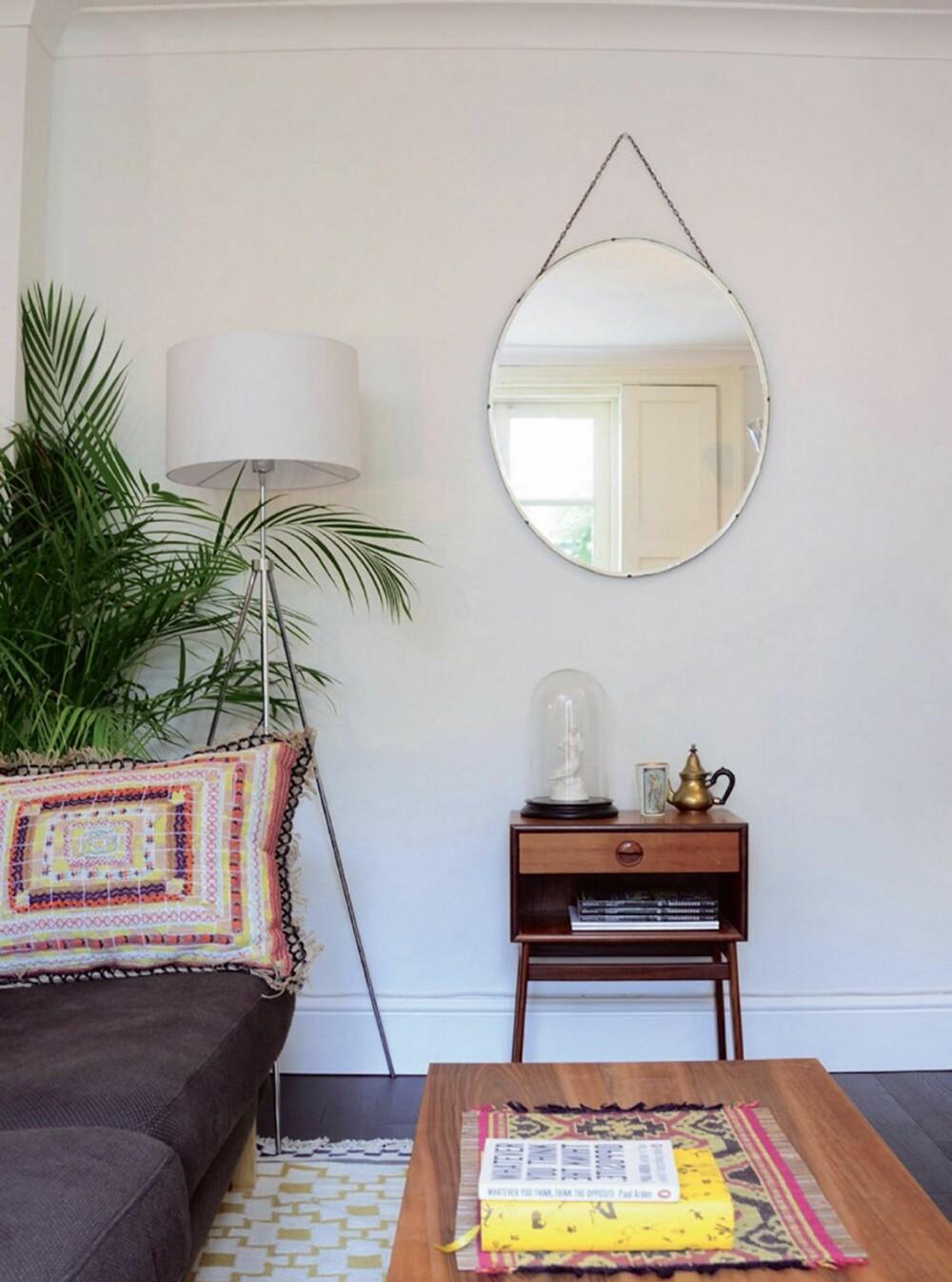 LUN STUE: Planter og fargerike tekstiler gir stuen varme. Speilet er  vintage fra en butikk i Stoke Newington i London.