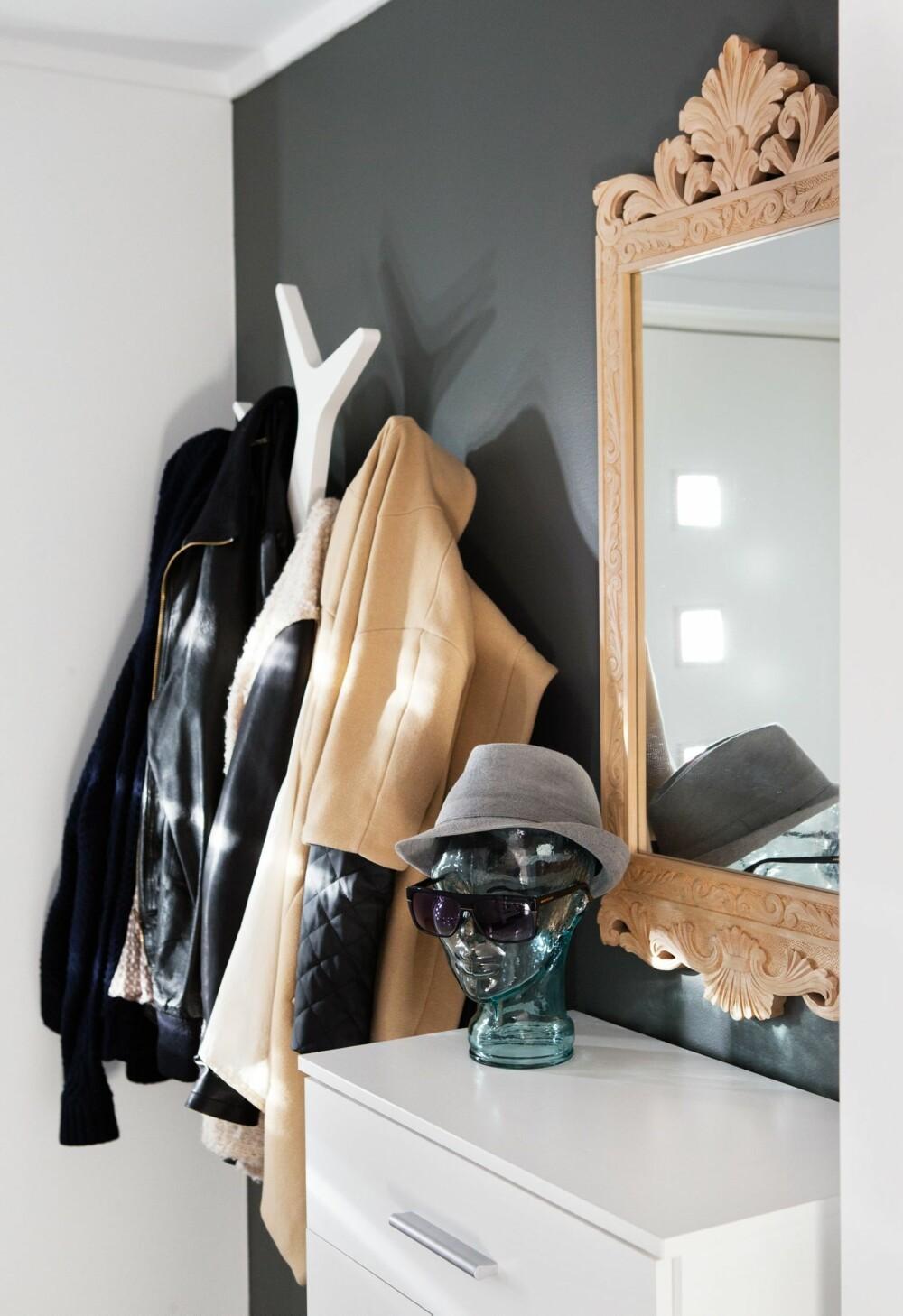 INNGANG: Det fine speilet i gangen er det Vibekes bestefar som har laget. Hodet i glass er fra vanessacardui.no.