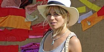 MOTERIKTIG: Sienna Miller i avslappet singlet og hatt på Glastonbury-festivalen i England.