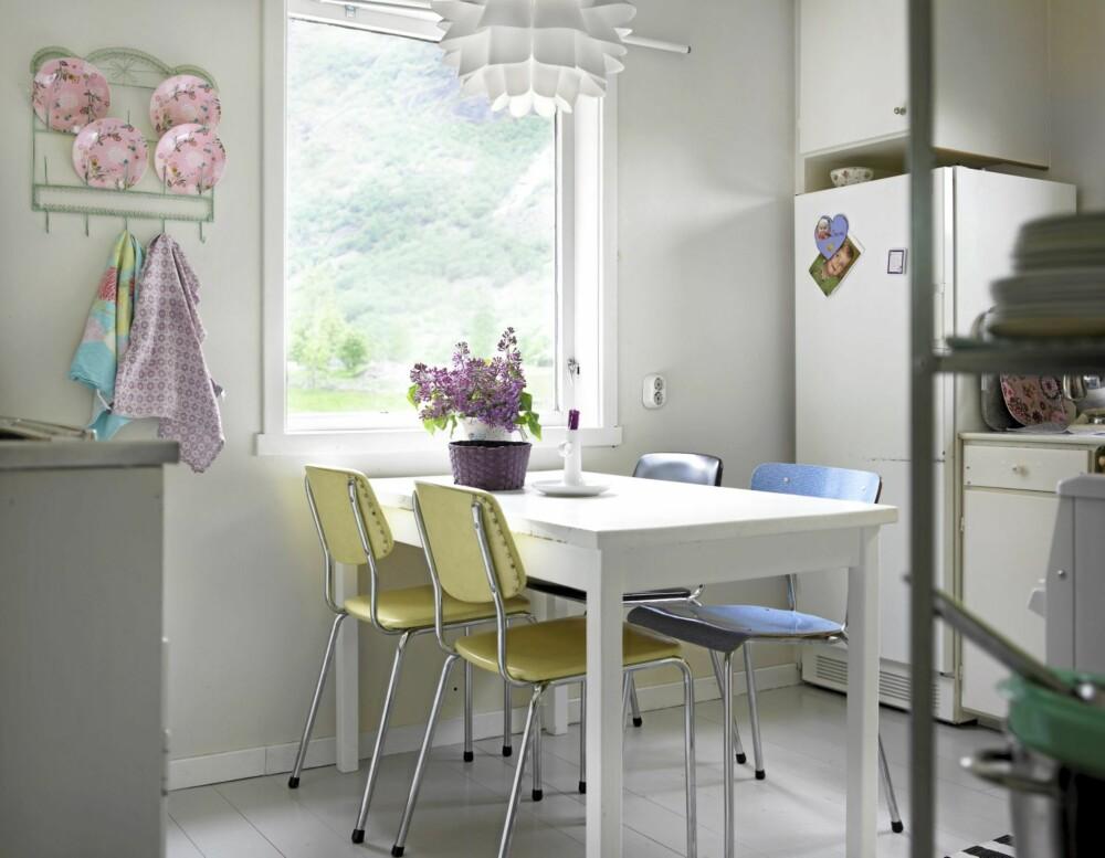 GJENNOMFØRT: Stolene på kjøkkenet i Eidfjord er bruktfunn. Et gammelt bord er malt hvitt.