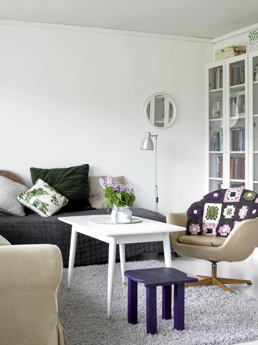 FARGERIKE TEKSTILER: Innred med fargerike tekstiler - det er en rimelig måte å fornye et interiør på.