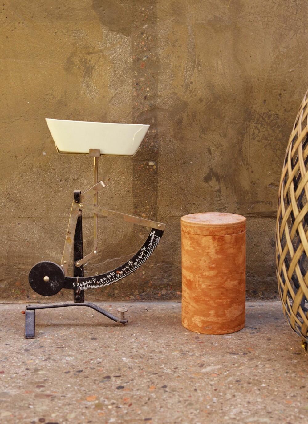 SJELFULL KJØKKENREDSKAP: Den gamle kjøkkenvekten utgjør et skulpturelt - og funksjonelt - innslag på kjøkkenbenken.
