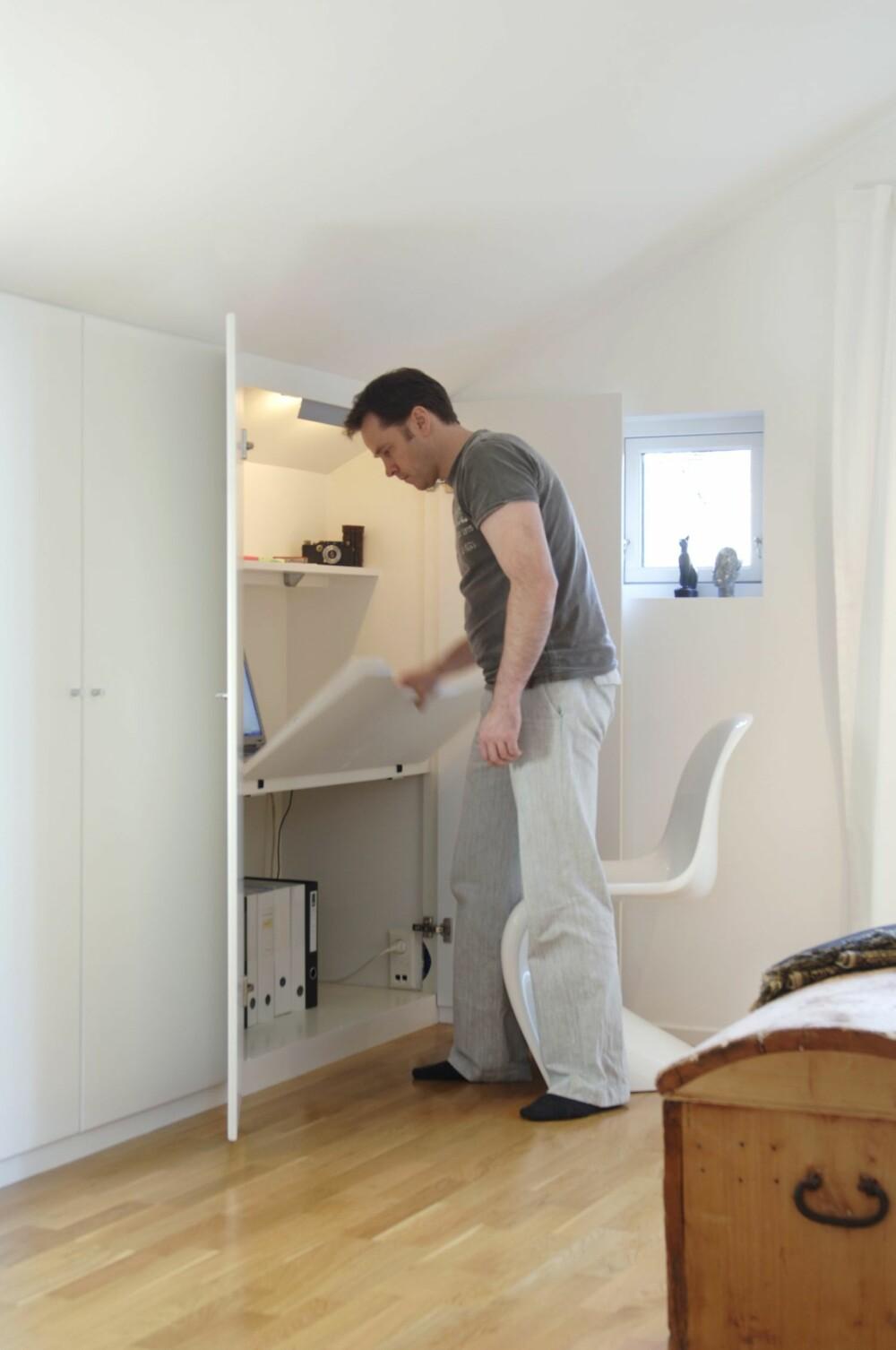 LUKKER SIDEROMMET: Arbeidsplaten er laget slik at den kan slås ned når skapdørene skal lukkes.