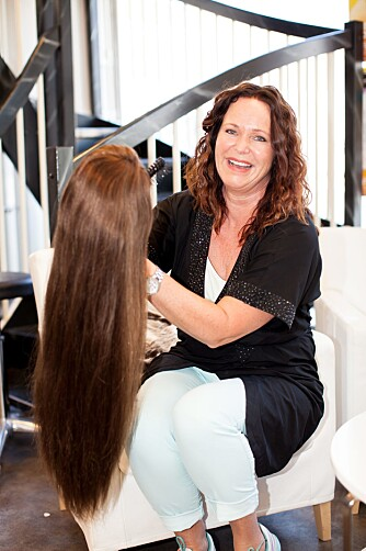 FAST FRISØR: Elin er Hildes faste frisør, men parykken med Signes hår er det ikke Elin som har laget.