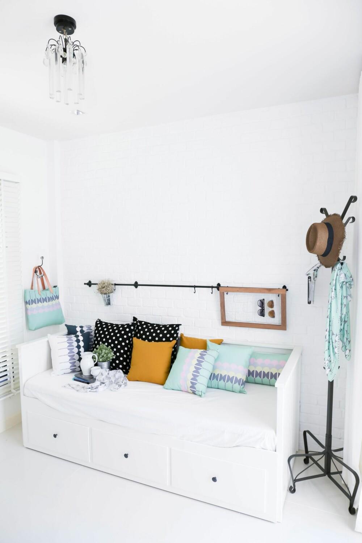 HER ER HVITT FRISKT: Hansen mener den hvite fargen på gulv, vegg og tak gjør dette rommet friskt. - Litt mer tekstur, som et teppe på gulvet, og noe på veggen over sengen, så er vi der, sier hun. Claussen legger til at hvitt her har en funksjon. - At rommet har en ren hvitfarge gir ekstra kontrast til de fargerike elementene for eksempel putene. Ved å holde en ren nøytral hvitfarge oppnår du større kontrast til andre elementer i rommet og skaper en grafisk følelse.