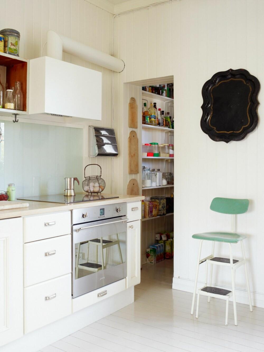 SE SPISKAMMERET: Før kjøleskapene ble allment tilgjengelig, ble hus og leiligheter gjerne bygget med et eget rom der matvarer kunne oppbevares kjølig. I dette kjøkkenet står spiskammeret fremdeles høyt i kurs.