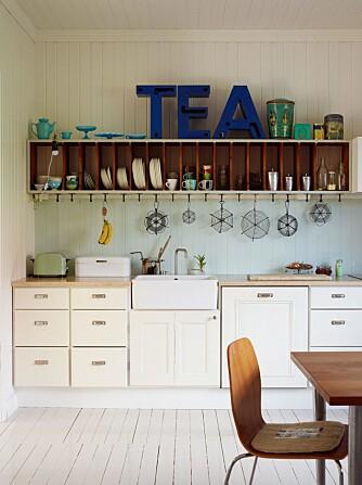 HISTORISK SUS: Kjøkkenskrogene er fra Ikea, men frontene er fra 1920-tallet, samme periode som huset ble bygget. Jon Geir har selv restaurert og tilpasset kjøkkeninnredningen.