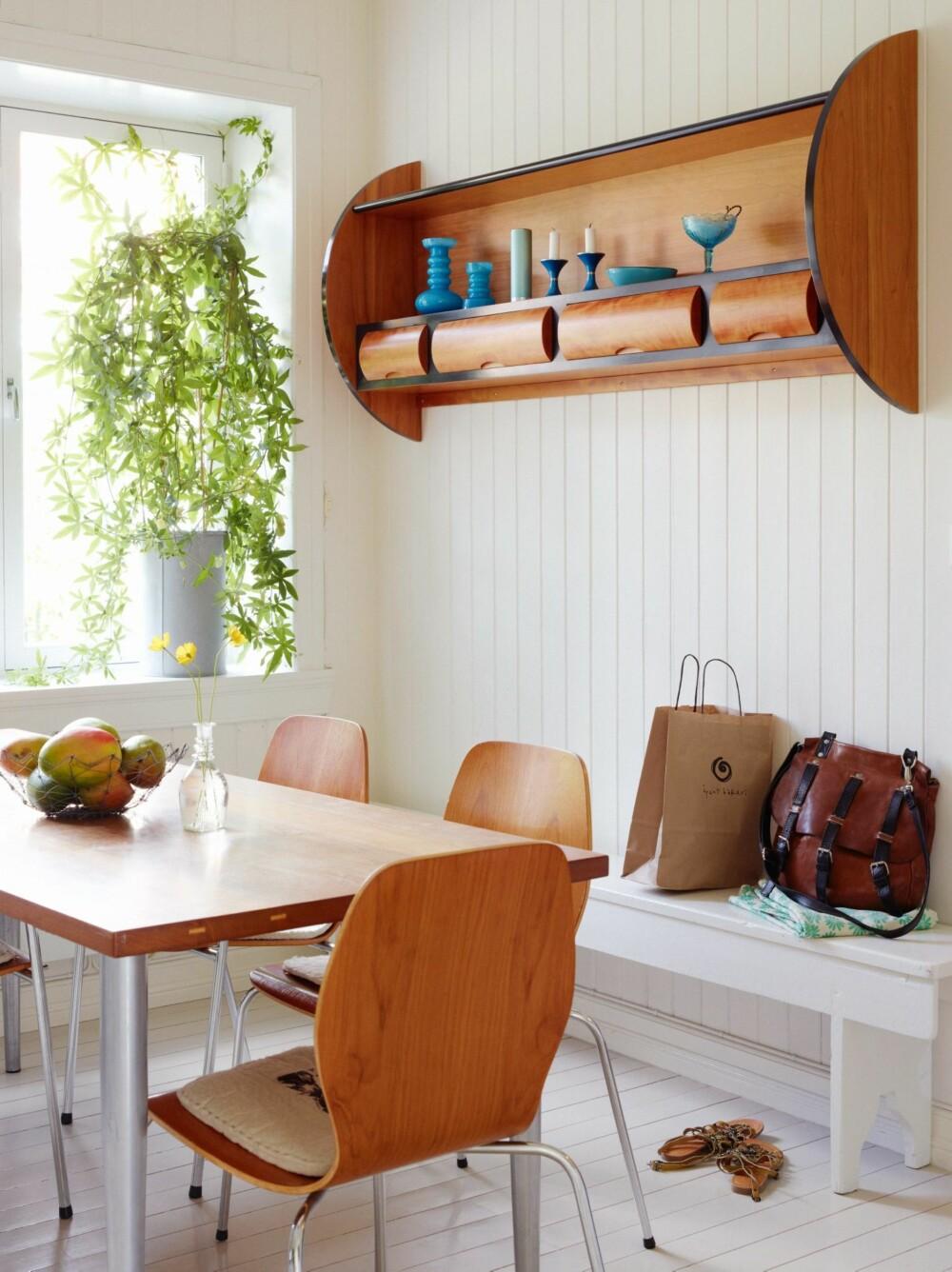 BRUKTKJØP OG EGENDESIGN: De norske skallstolene er fra et loppemarked. Eva har selv laget det vegghengte hyllemøbelet, mens Jon Geir har laget bordet av gamle teakmaterialer.