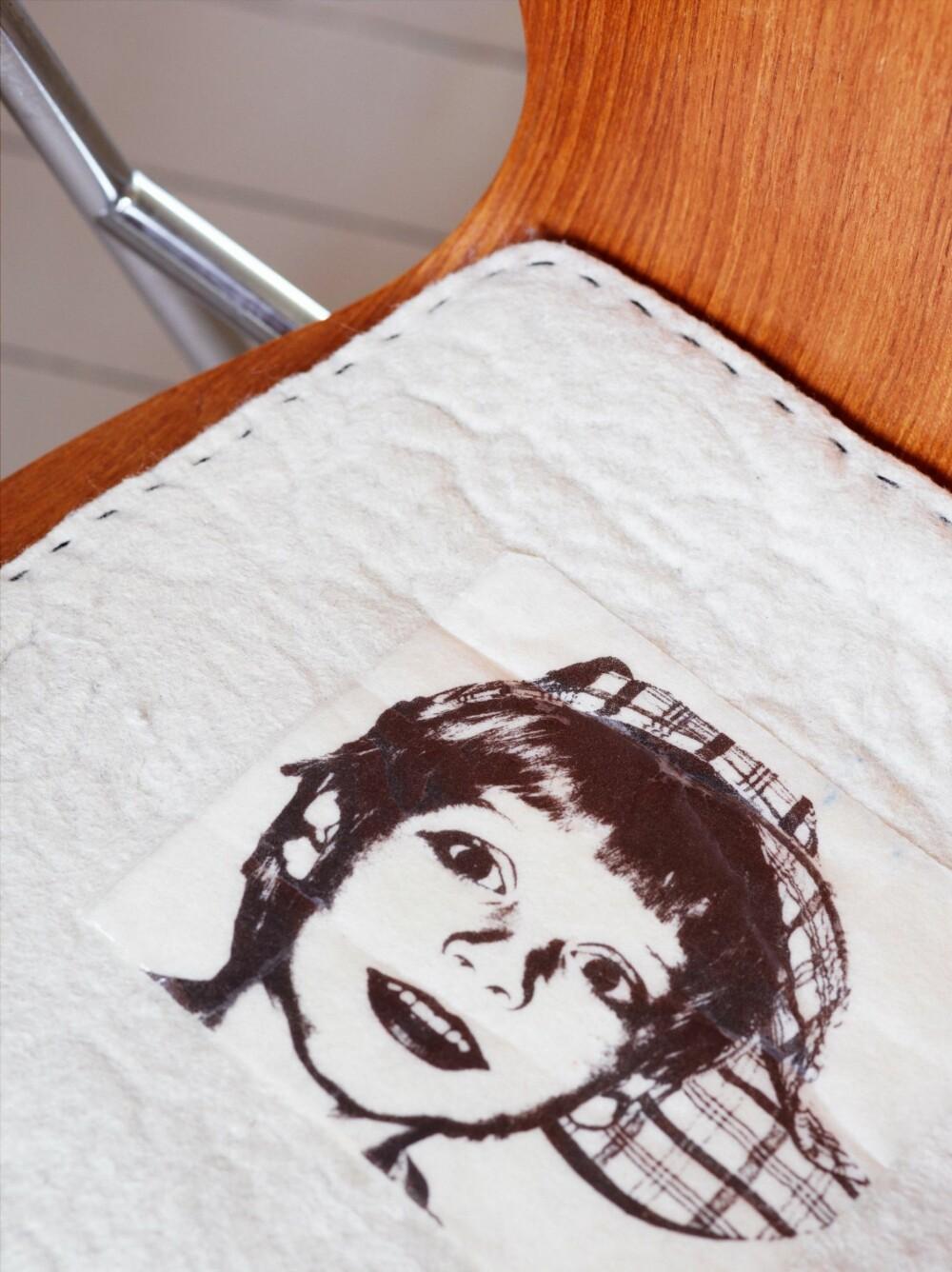 HJEMMESYDD OG PERSONLIG: Sitteputene er sydd av filttrekk med fototrykk av familiemedlemmene.
