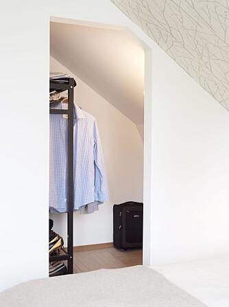 KLESROM. En del av den gamle gangen ble utnyttet til garderoberom i tilknytning til hovedsoverommet.