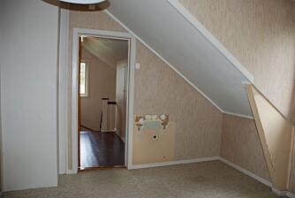 BARNEROM OG GANG. Også begge barnesoverommene har skråtak og plassen var lite utnyttet. Døren fører ut til gangen og trapperommet som også ble pusset opp.