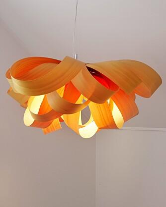 FINERLYS. Lampen fra spanske Lzf lyser opp i trapperommet.