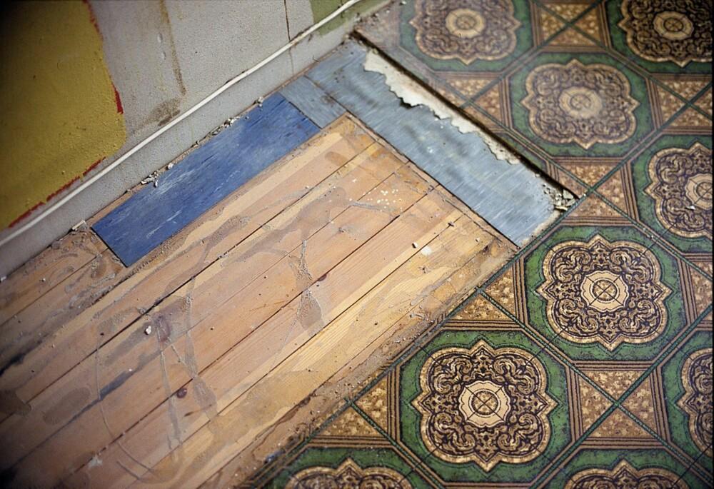 GULV: Å ta frem det originale bordgulvet kan gi mye til rommet, men kan også føre med seg jobb. Det kan ligge flere årganger av gamle belegg, asfaltpapp, avrettingsmasser og lim under dagens gulv. Start i et bortgjemt hjørne og se hva som egentlig finnes under overflaten, før du begynner å rive, sier ifi.no