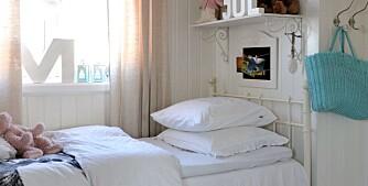 Dette pikerommet har et fravær av sterke farger, men holder seg til hvite og beige fargetoner. Over sengen henger en hylle der bl.a kosebamser har fått plass.