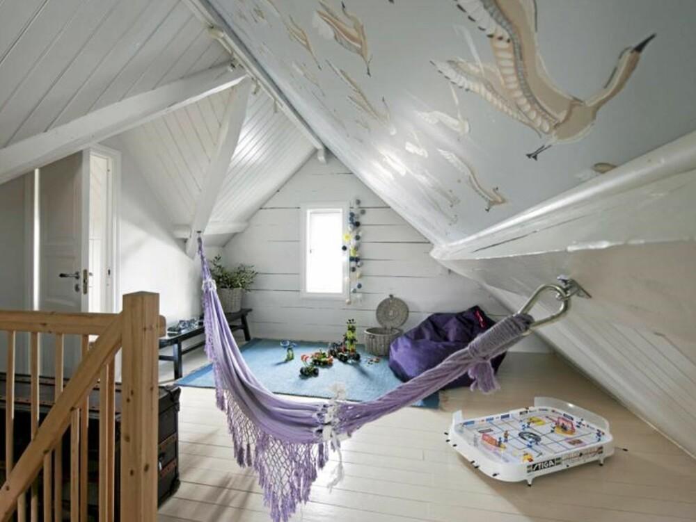 SPENNENDE LOFT: Loftet er full av spennende vinkler som skaper et interessant preg på rommet. Både gulv, vegger og bjelker er malt i hvitt for å få inn mest mulig lys.