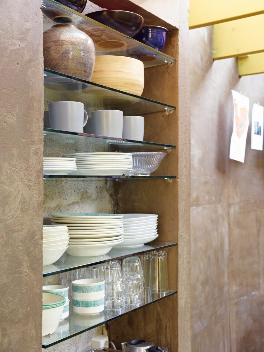 LETT TILGJENGELIG: Dekorativt og praktisk, så lenge du klarer å holde orden. Et tips dersom du planlegger åpne hyller er å tilpasse det i forkant til de kjøkkenartiklene du har.