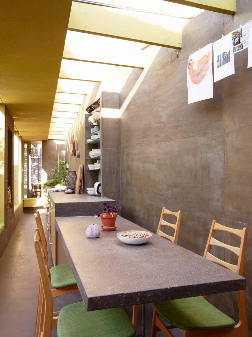 MATERIALEMIX: Betong, tre, teksitler og godt med sollys skaper et lunt utrykk til tross for den røffe betongen.