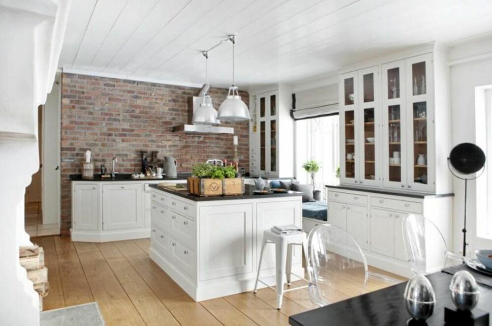 MURVEGG: En rød murvegg passer perfekt på et rustikt kjøkken og passer godt til røft treverk.