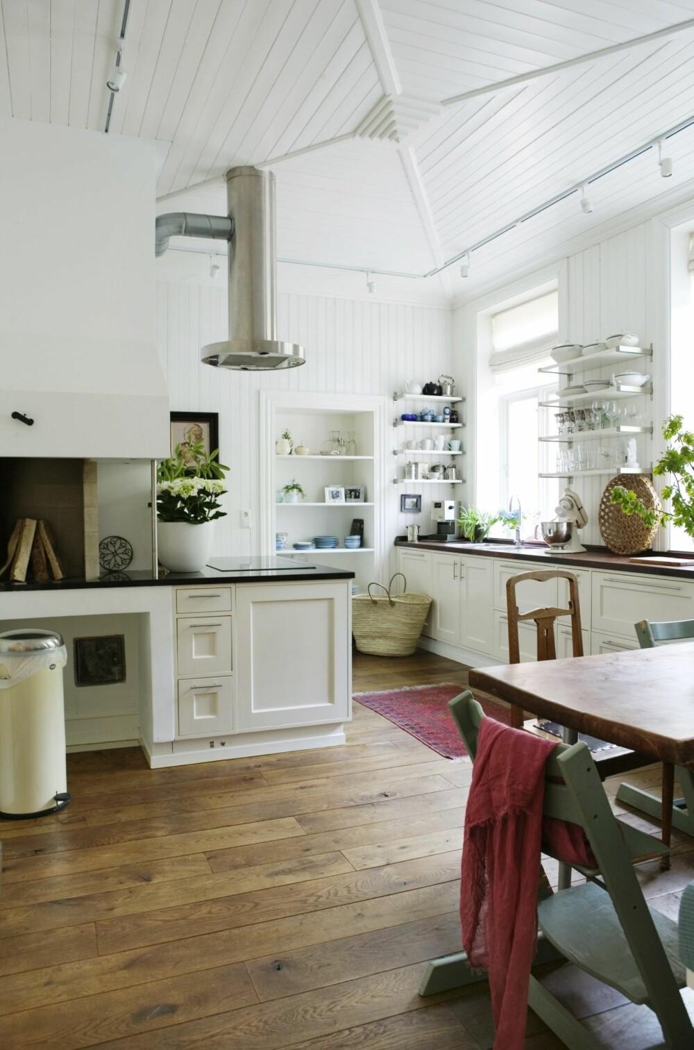 DROPP OVERSKAP: Et åpent og luftig kjøkken er typisk for den landlige, rustikke stilen.