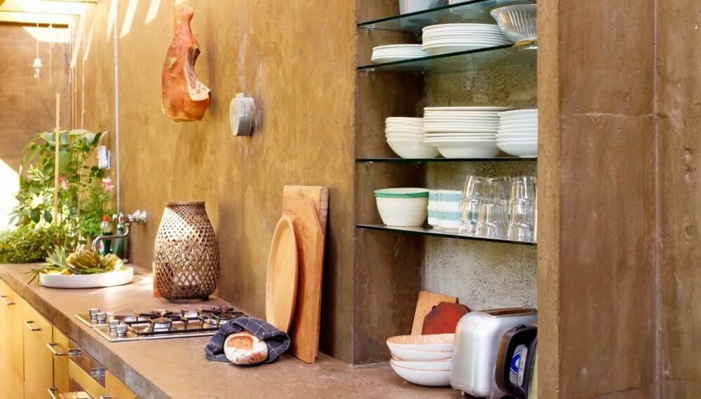 ORGANISK STIL: Dette kjøkkenet har et sydlansk preg, men befinner seg midt i tjukkeste Oslo i et moderne tilbygg til gammelt hus.