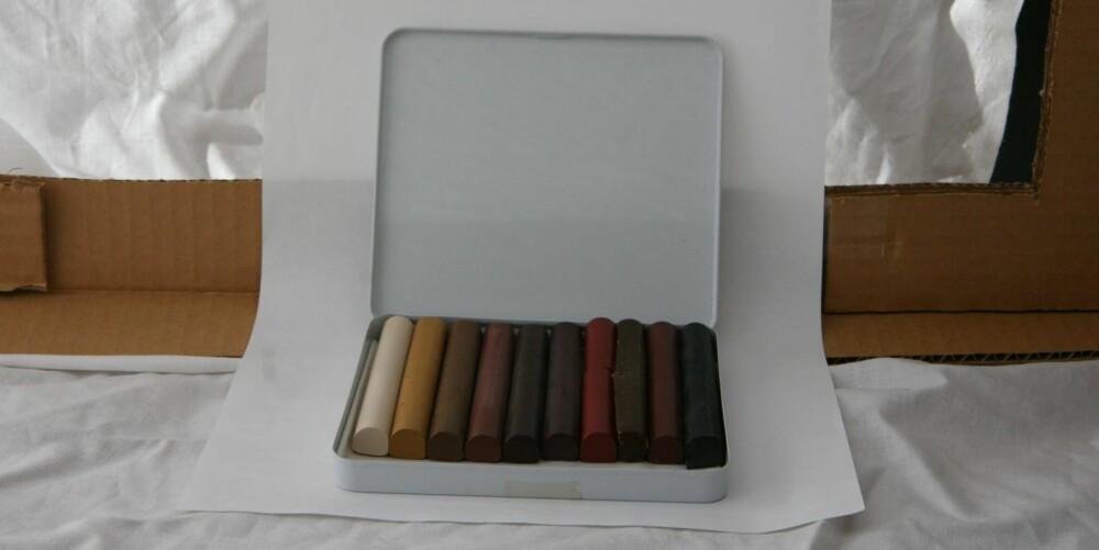 RIPER I PARKETTEN: Redningen ligger i voksstifter som omtales som handymannens sminkesett. Bildet viser Liberons ulike stifter som kommer 10 forskjellige farger. Utsalgspris er 840 kroner.