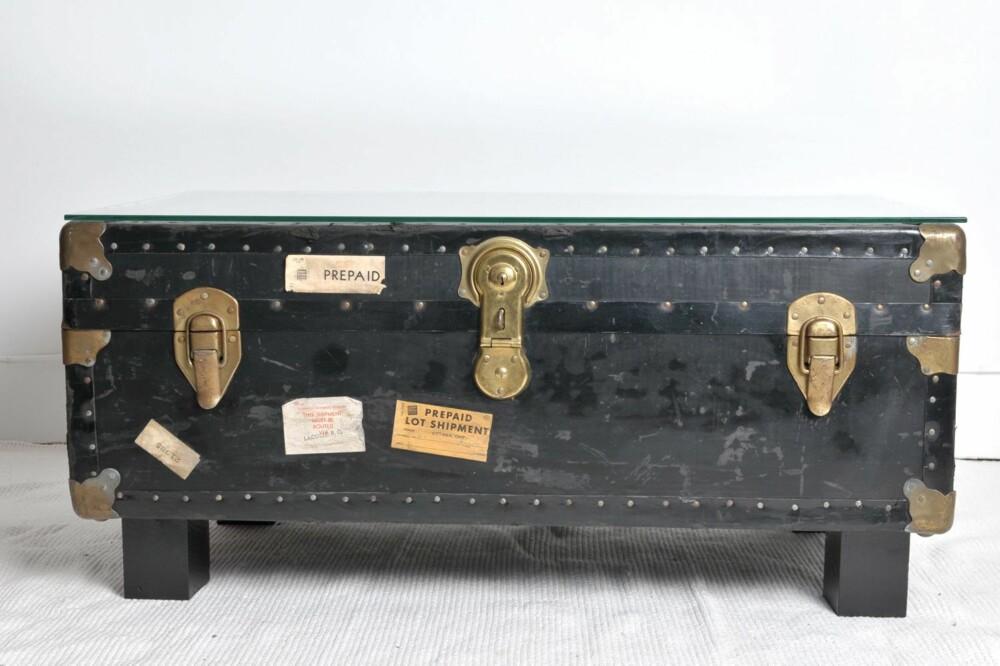 BORD MED OPPBEVARING: En gammel koffert er blitt til sofabord.