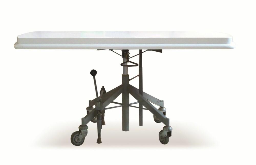 REDESIGN PÅ HJUL: En bordplate fra 1950 har fått nytt understell med brems og høydejustering. Idé og utførelse er ved Precious.no.