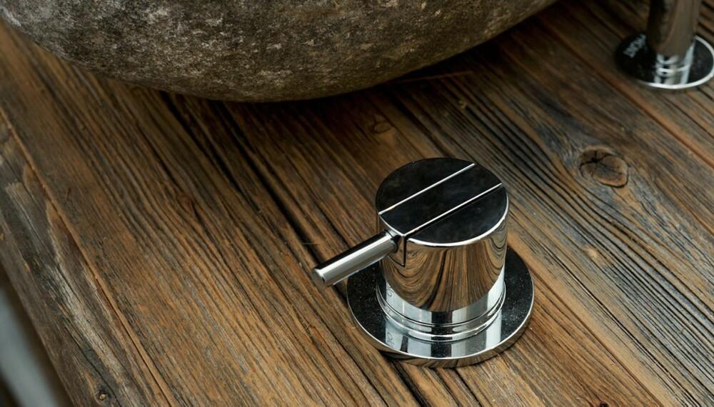 MAKSIMAL KONTRAST: Speilblankt grep møter værbitt furu på hyttebadet, laget av snekkeriet Drivved.no.