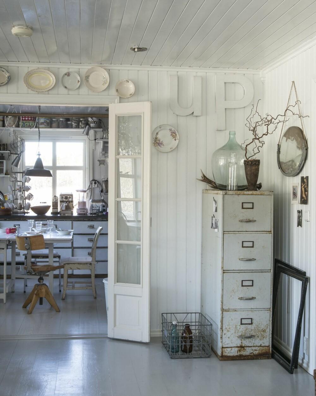 Det er gjennomgående åpne løsninger i hele huset. I stua har man god utsikt både inn på det sjarmerende kjøkkenet og ut i gangen.