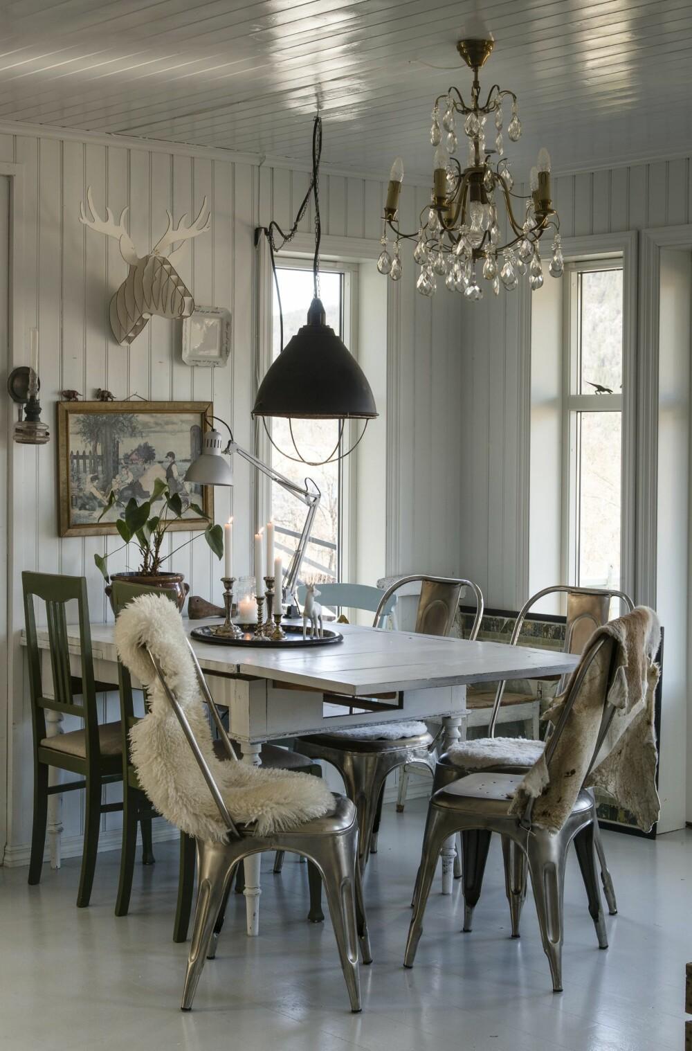 SPISESTUE: Tolix stoler i metall mot røft treverk gir en spennnende kontrast. Spisestua er omkranset av store vinduer og innbyr til lange måltider.