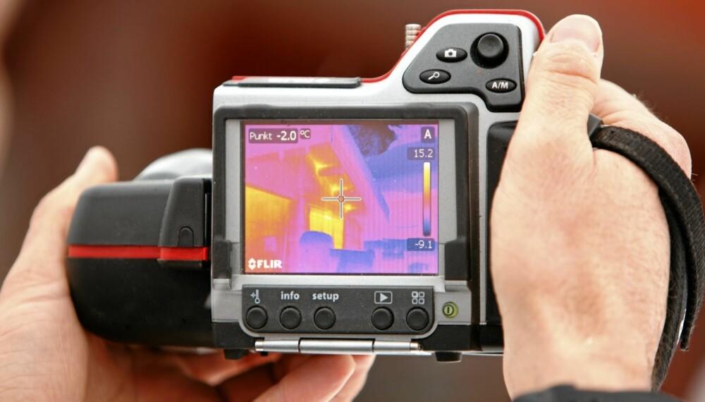 IDENTIFISERER PROBLEMET: Det infrarøde kamera er forholdsvis lite, men kan gjøre en stor forskjell. Får du en bildeanalyse av en termografør og tetter i etterkant, kan dette bidra til å redusere strømregningen.