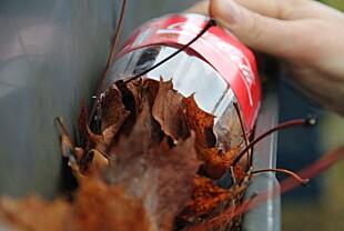 ENKELT: Kapp bunnen av en brusflaske, hold den i tuten og før den bortover i takrennen slik at den samler opp løv.