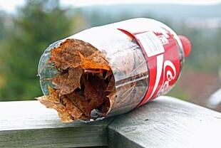 RESULTATET: Og når brusflasken er full, er det bare å ta den med til søppelkassen og tømme den for løv.