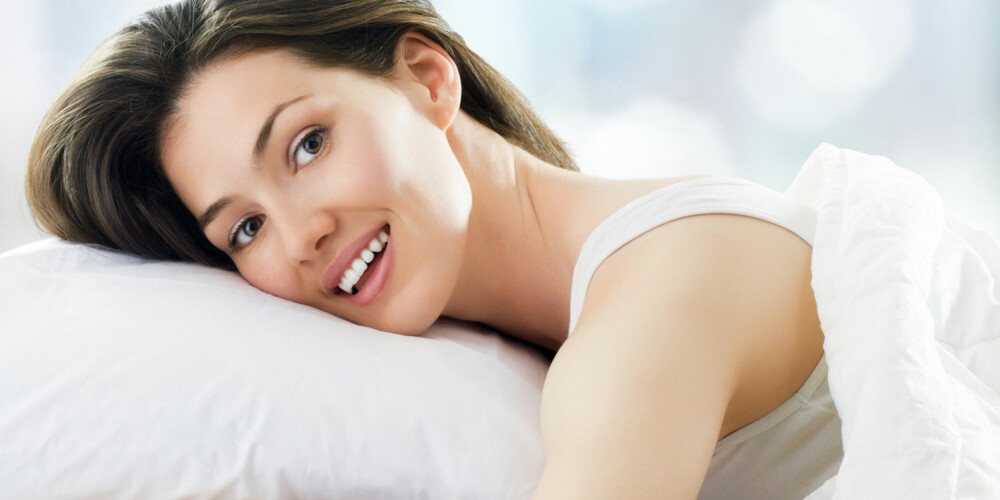 FEIL SOVESTILLING: Å sove på magen er ikke anbefalt, da dette gir mye vridning og press på nakkevirvlene.