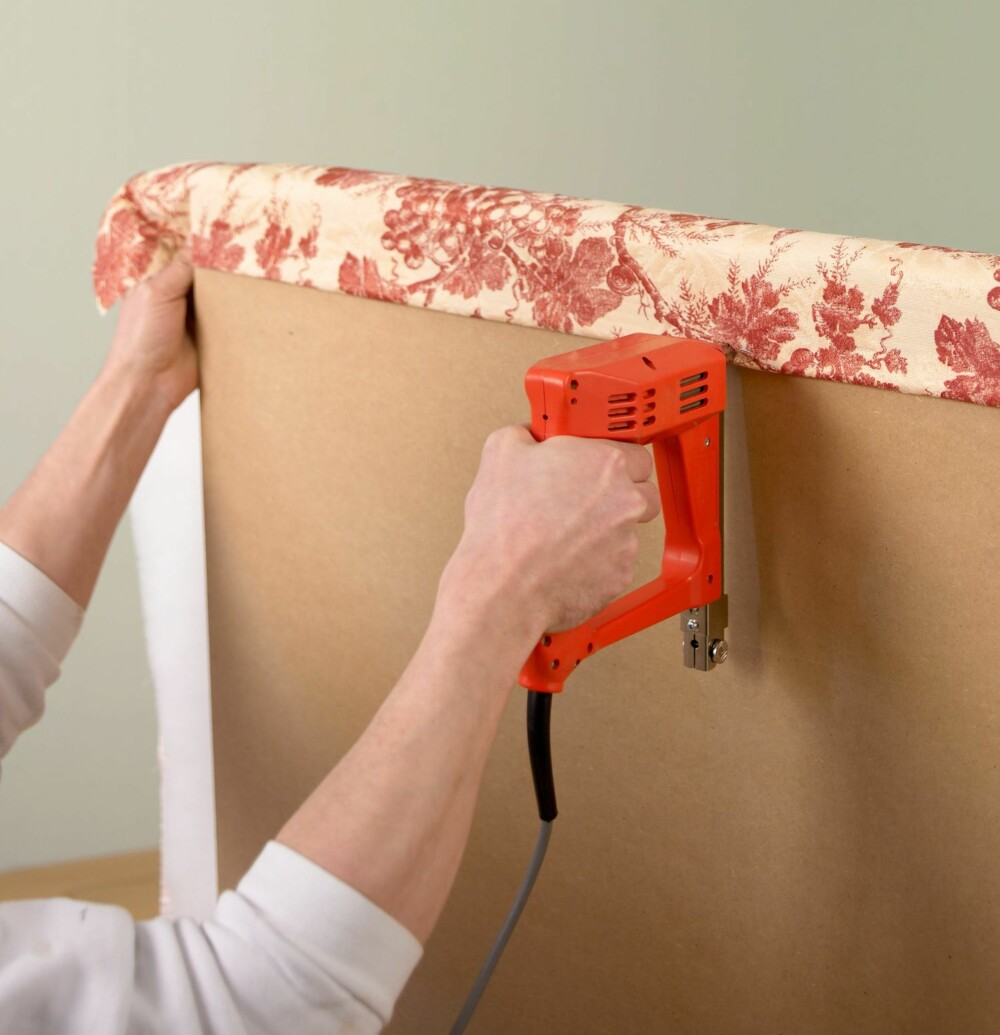 FESTE: Stift decronvatten og tekstilet fast på baksiden ved å trekke dem rundt skumplasten.