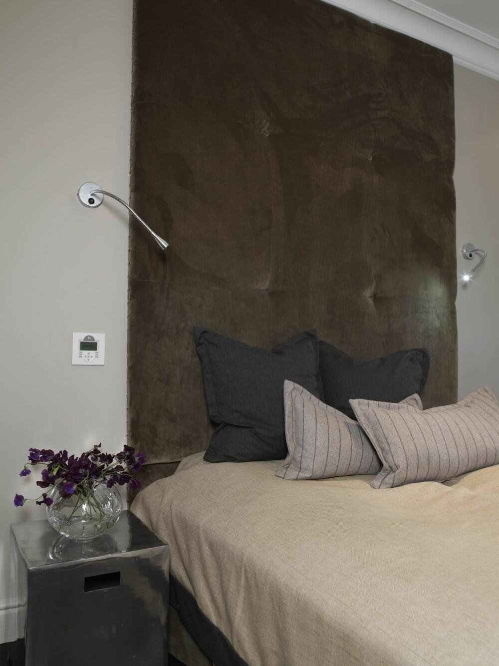 STREKKER SEG MOT TAKET: Her er det en høy sengegavl med diskret leselys på hver side.
