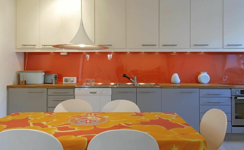FARGEKLATT: Velger du en fargesterk glassplate kan det friske opp kjøkkenet.