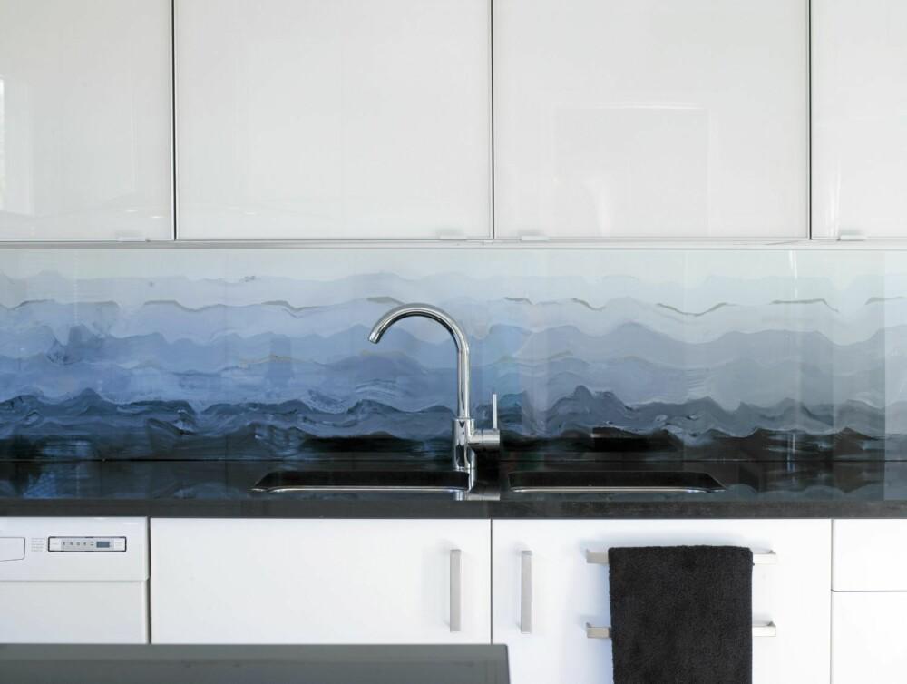 MALERI: Her er vanntynnet, hvit maling gradvis iblandet sort for å lage et motiv med bølgeform.