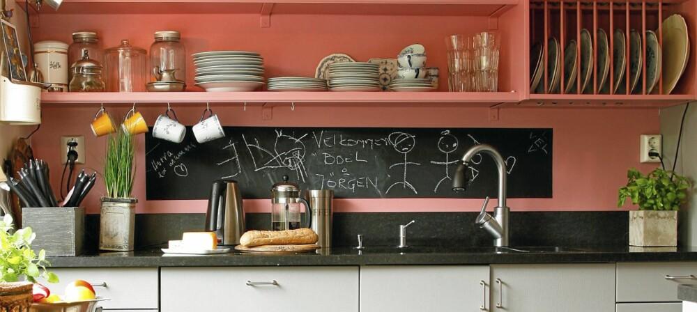 TAVLE: Tøff tavlemaling er et praktisk og dekorativt element på kjøkkenet.