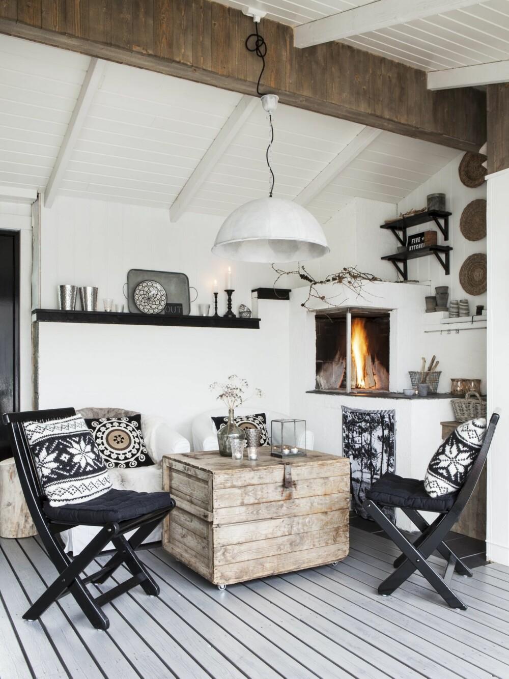 BIT FOR BIT: Elin og Rune har tegnet peisen og fått den bygget av lokale  håndverkere. Gulvet er rett og slett terrassen, vegger og tak har kommet til etterhvert som utestuen forvandlet seg fra levegg til et helt hus.
