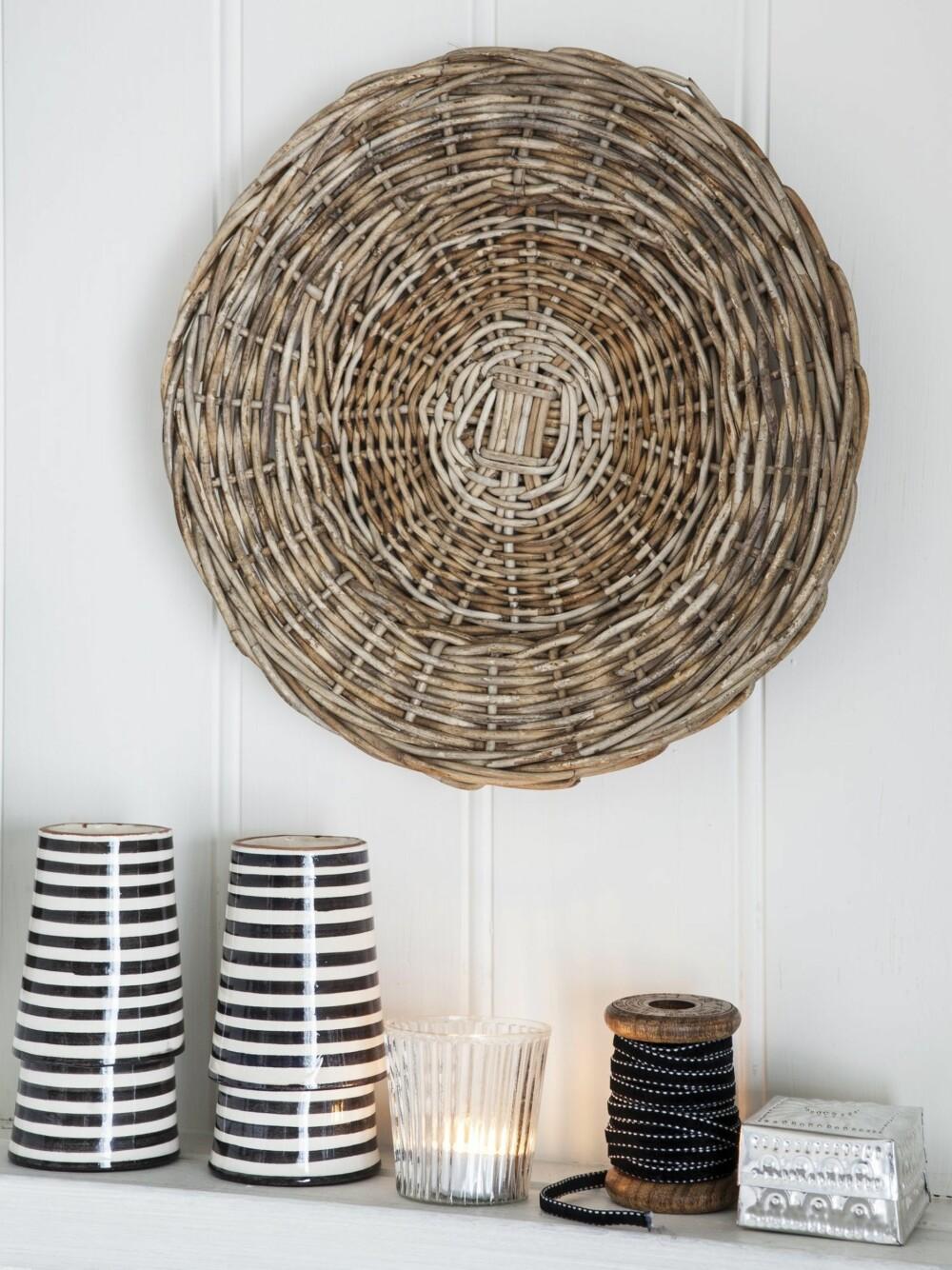 DEKORATIVT: Bastfat fra Riviera Maison og keramikk fra Tine K Home kler dekorasjonen i hagestuen.