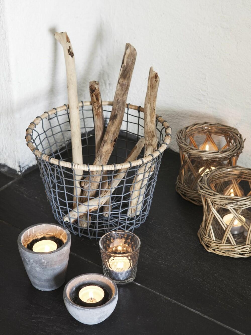 NATUREN INN: Drivved fra fjæra sammen med lysholdere i kurv og betong gir hagestuen tidsriktig dekorasjon.