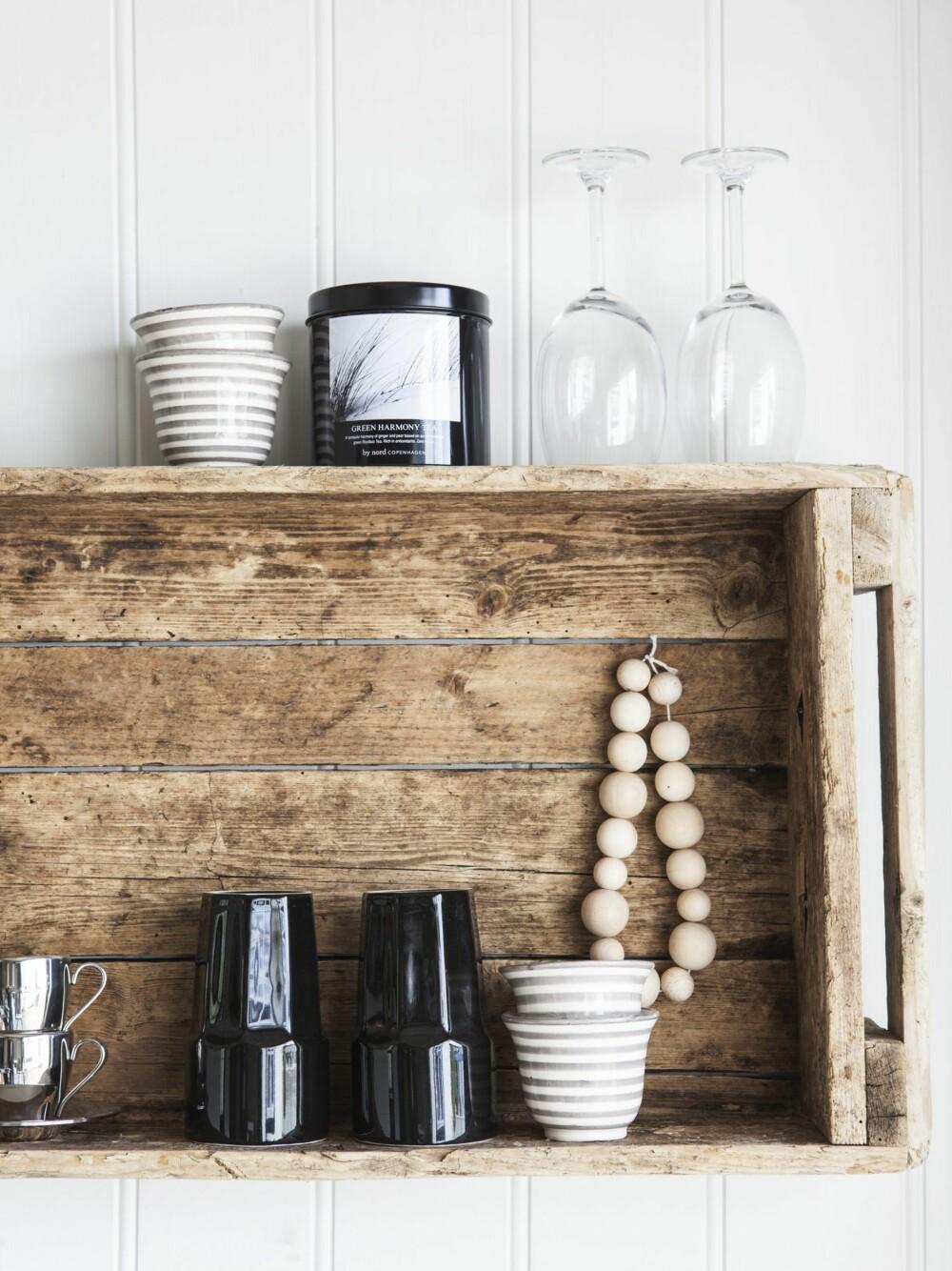 NOSTALGISK OG FUNKSJONELT: Den gamle kassen brukte Elins pappa i fiskeboden. I dag er den praktisk hylle, som huser moderne keramikk fra Tine K Home og deilig te.